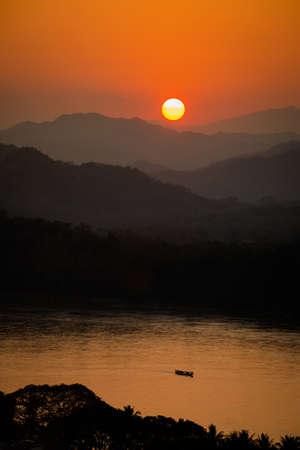 素晴らしい黄金の夕日はラオスのルアンパバーンをルアンパバーン観光のプーシーの丘マウント寺院仏教から撮影します。東南アジアの美しい夜の