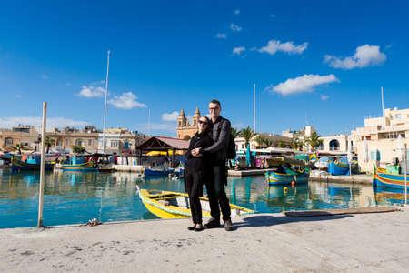 Les touristes sur le paysage touristique coloré de Port à Marsaxlokk sur l'île de Malte. Beau paysage marin en Europe du Sud.