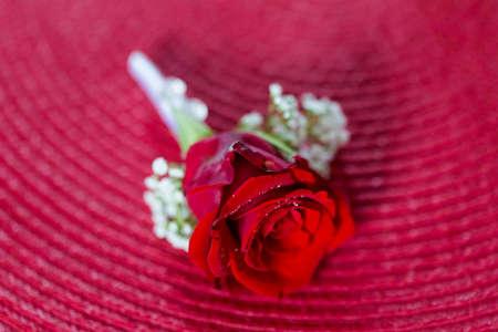 Schönes Blumendetail des Bräutigams vor der Hochzeit - romantischer Knopflochstrauß
