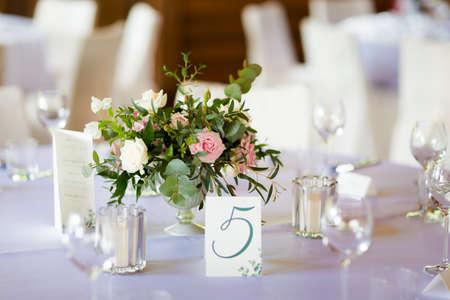 Empfangstische wunderschön dekoriert bereit für die Hochzeit - Braut und Bräutigam. Luxuskonzept