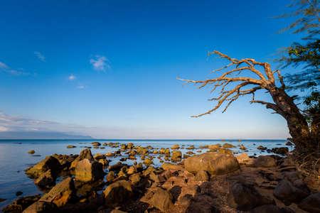 Paysage marin d'été sur l'île tropicale de Phu Quoc, région de Bai Thom au Vietnam. Paysage pris sur Hon Mot avec ciel bleu - vue Cambodge Banque d'images