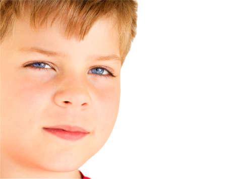 bionda occhi azzurri: Ragazzo biondo con gli occhi blu guardando la fotocamera, isolato su bianco