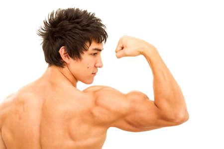 codo: Primer plano de brazo del hombre que muestra el b�ceps. Aislado en blanco.