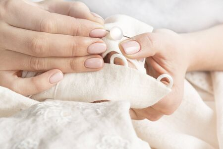 coser: sastrería mano manos botón de cerca a coser vestido de la manga