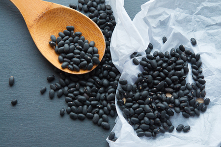 black beans on a wooden spoon Banque d'images