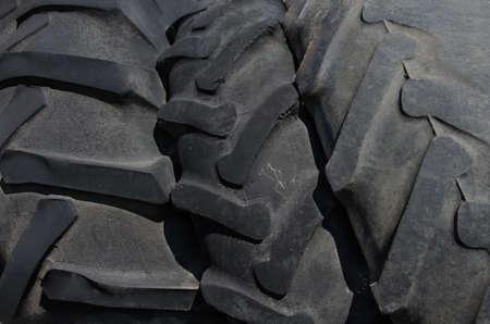 pisar: Tamaño de tres neumáticos más grande. Los neumáticos de banda de rodadura Foto de archivo