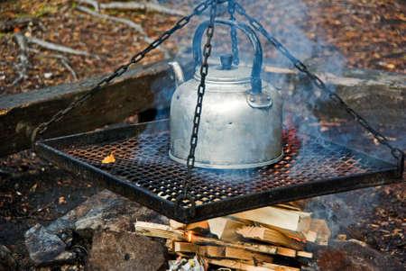 log fire: Fare il caff� sul registro del fuoco nella foresta.