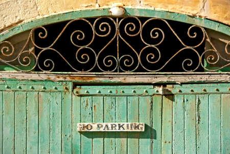 no parking: Ancien porte verte avec l'ornement et aucun signe de stationnement