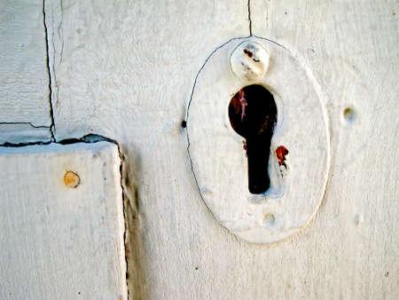 pared madera: Vieja pared de madera blanca con ojo de cerradura