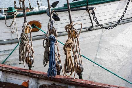 poleas: Parte del velero con poleas y cuerdas anudadas.