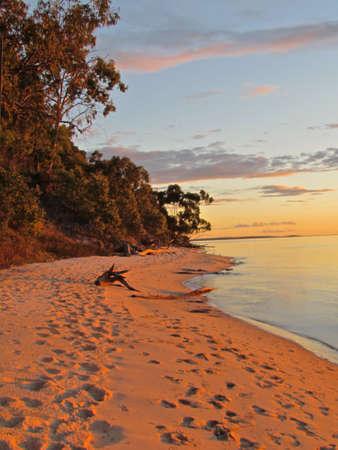 Australia Sunset at Fraser Island with the beach Standard-Bild
