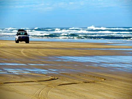 Fraser Island, jeep on the beach Standard-Bild
