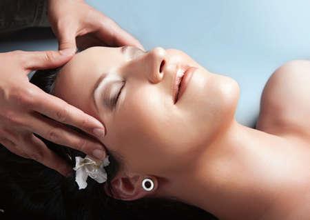 energy healing: Bella ragazza con massaggio in spa.spa
