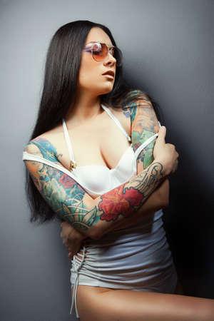 sexy tattoo: Hermosa chica sexy atractiva con los tatuajes. tatuajes.