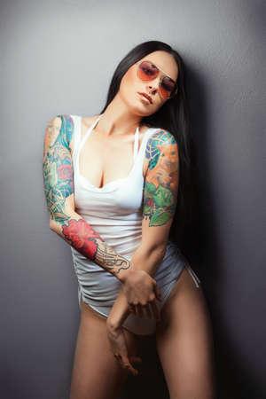young nude girl: Beautiful sexy glamourösen Mädchen mit Tätowierungen Tätowierungen