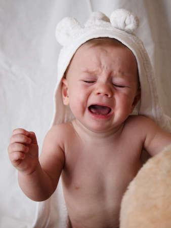 baby huilen: huilen baby in witte badjas met oren