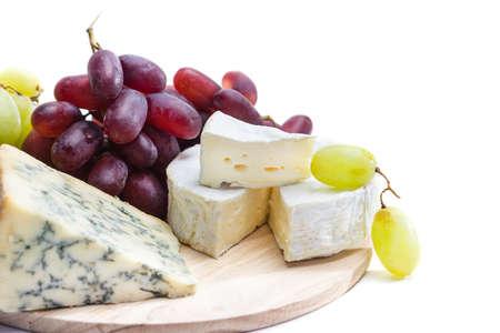 queso de cabra: Placa de queso con uvas Foto de archivo