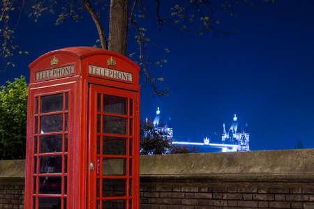 cabina telefono: Tel?fono rojo y el Puente de la Torre en la noche, Londres, Inglaterra