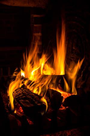 ohniště: oheň v krbu Reklamní fotografie