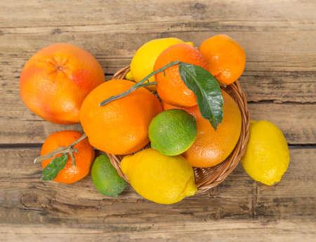 citricos: Los c�tricos sobre fondo de madera