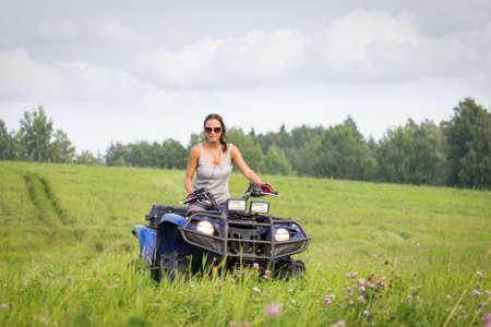 mujer elegante: Mujer elegante montar quadrocycle