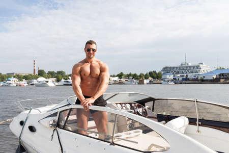 modelos hombres: Hombre del músculo en un barco Foto de archivo