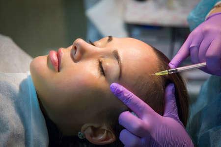 inyeccion: Mujer bonita que hace que las inyecciones de botox para el efecto de la belleza