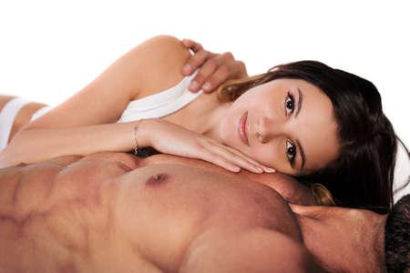 nackt: Junge h�bsche Frau, die auf M�nner Brust