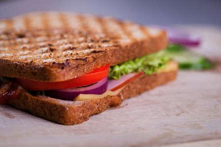 bocadillo: Sándwich fresco hecho en casa a la parrilla en la madera