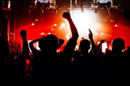 menschenmenge: Silhouetten von einer Menschenmenge Partei Konzertmusik glücklich