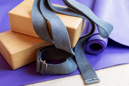 Accessoires de remise en forme de l'équipement de yoga pilates sur un tapis Banque d'images - 65382934