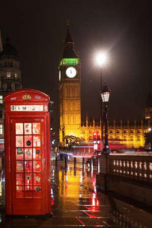 Verenigd Koninkrijk, Engeland, Londen - 23 juni 2016: Populaire toeristische Big Ben en Houses of Parliament met rode telefooncel in nachtverlichting verlichting