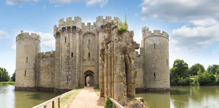 Ancient Bodiam castle in Sussex, Robertsbridge, Uk, England. Фото со стока - 90909370