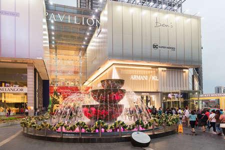 Malasia, Kuala Lumpur - 07 de diciembre de 2017: centro comercial Pavilion decorado para Navidad y Año Nuevo 2018