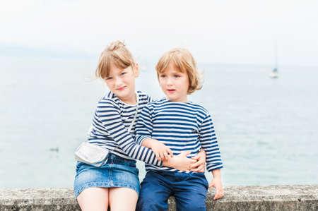 Openluchtportret van aanbiddelijke kinderen
