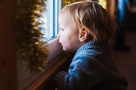 Nettes Kleinkind, Junge, der das Fenster in der Weihnachtszeit Standard-Bild - 36972210