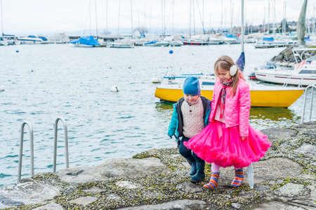 Schattige kinderen lopen naast het water op een mooie lentedag Stockfoto - 36921722