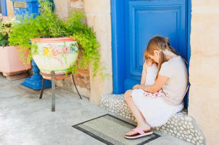 petite fille triste: Outdoor portrait d'une petite fille triste mignon