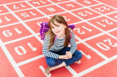 Portret van een schattig meisje op een schoolplein