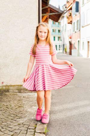 Openluchtportret van een leuk klein meisje
