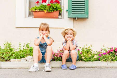 Schattige kinderen die op een platteland rusten