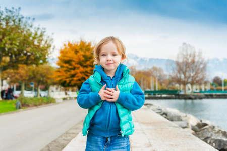 Outdoor portret van schattige peuter meisje