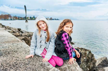 cute little girls: Ni�as lindas que se divierten al aire libre