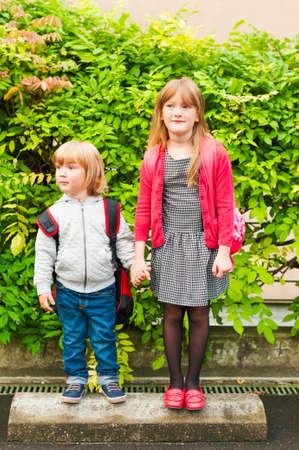 Outdoor portret van schattige kinderen naast de school Stockfoto