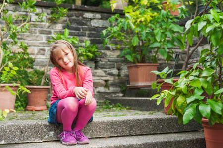 좋은 하루에 식물원에서 휴식 귀여운 소녀