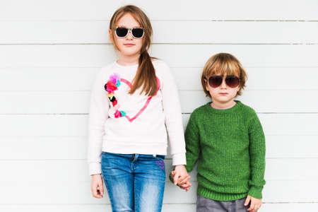 패션 아이들은 야외 풀오버와 선글라스를 착용