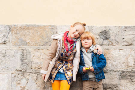niño modelo: Retrato de adorables niños al aire libre Foto de archivo