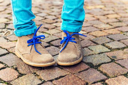 pied fille: Mode chaussures sur les pieds pour enfants Banque d'images