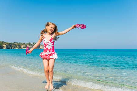 Glückliches kleines Mädchen spielen im Meer Standard-Bild - 44047408