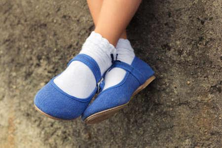 Close-up van blauwe denim ballerina op de voeten van een kind Stockfoto